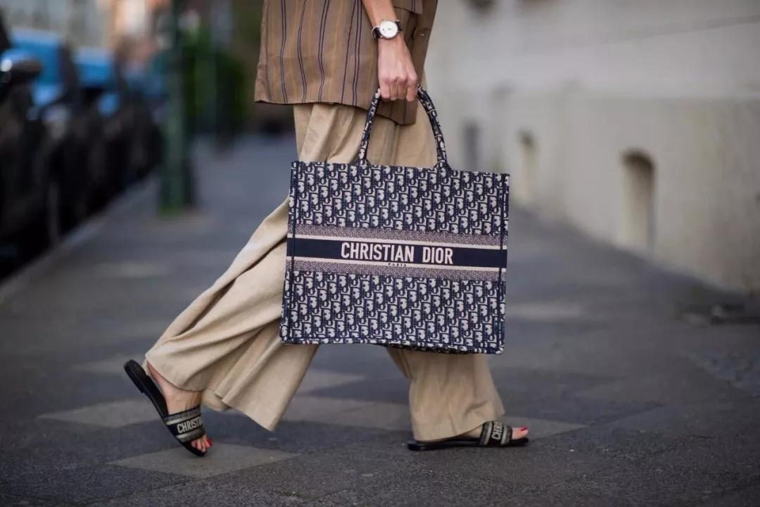 奢侈品停留在大众消费群体中最直观的印象,无非是出身昂贵且随时准备出现波动的价格标签。而对于奢侈品来说,涨价似乎并不会带来成交数量的锐减,反而意味着一次门庭若市的可能。   据时尚商业快讯,在1月1