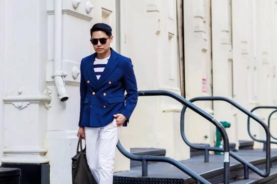 对于男士来说冬季没有什么花头可折腾了,如果有一件能解决穿暖、穿好、穿出个性三大难题的衣服,那可真是太棒啦!  有一件西装就可以解决啦——布雷泽。或许你会觉得它跟普通的西装没什么不同。但上身过后,你