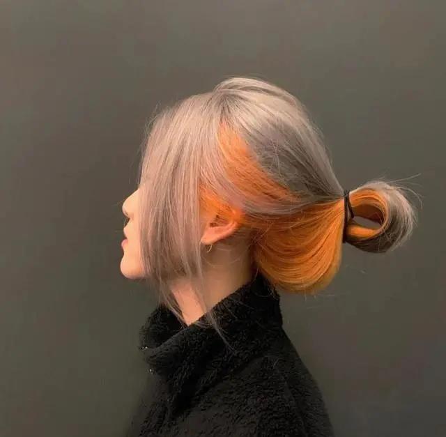 """曾经几时,染上一头""""黄发色""""是每一位女孩子们梦寐以求,在前几年的时尚圈里,黄色染发是备受青睐与追捧的。那也是潮人们用来宣示""""个性潮流""""的标志,不过,随着越来越多新流行发色的出现,这种黄色染发已经不"""