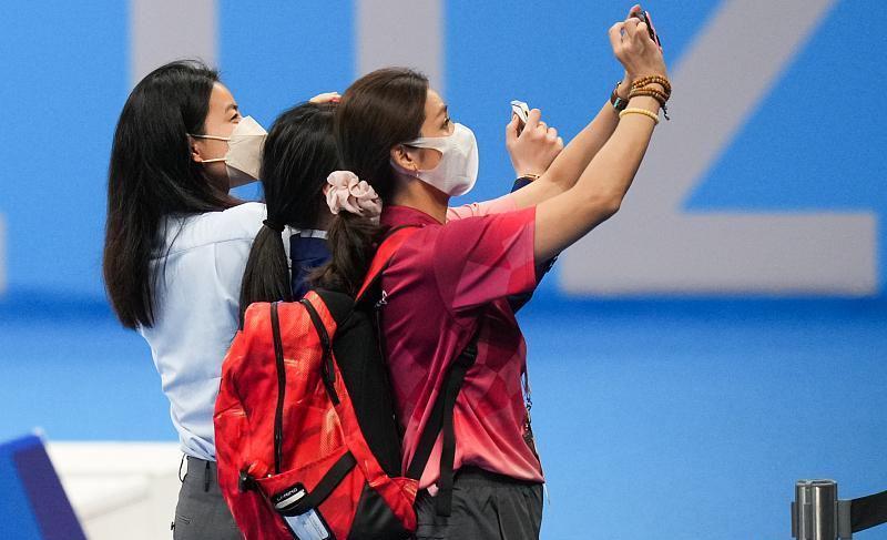 郭晶晶见证中国队夺冠,穿蓝色套装配中国红